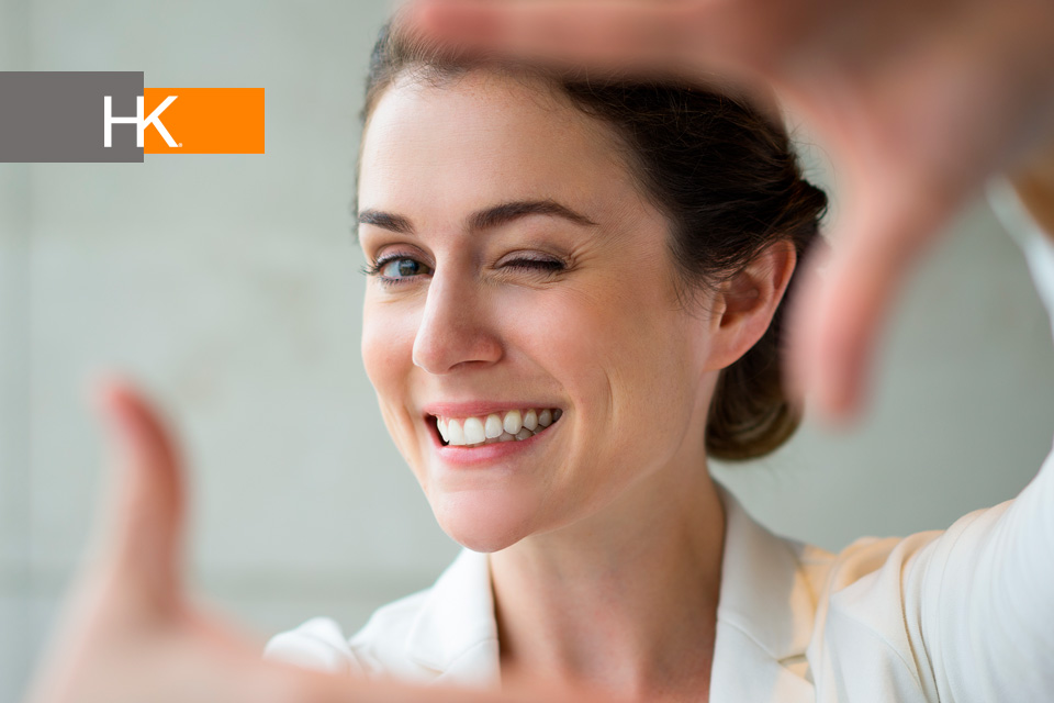 Una gestión profesional adecuada requiere de la dedicación constante a los cuatro pasos de las transiciones profesionales exitosas: explorar, experimentar, participar y expandir. Foto de Fondo creado por katemangostar.