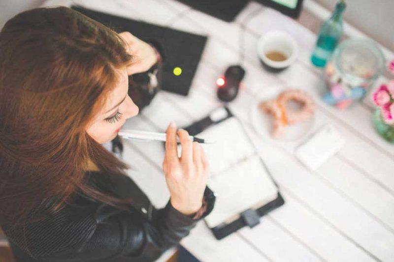 Esta herramienta ayuda a aclarar la cabeza a la hora de elegir, pero un método más efectivo, según la filósofa estadounidense Ruth Chang, es hacerse consciente de las propias razones por las cuales tomamos una u otra decisión.