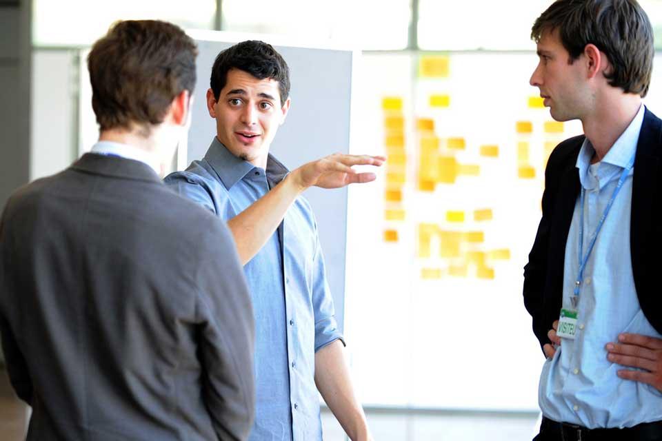 El reverse mentoring es una práctica que está cada vez más de moda, ya que es una forma eficaz de que los CEO seniors de una empresa logren entender a los ejecutivos, profesionales y trabajadores más jóvenes.