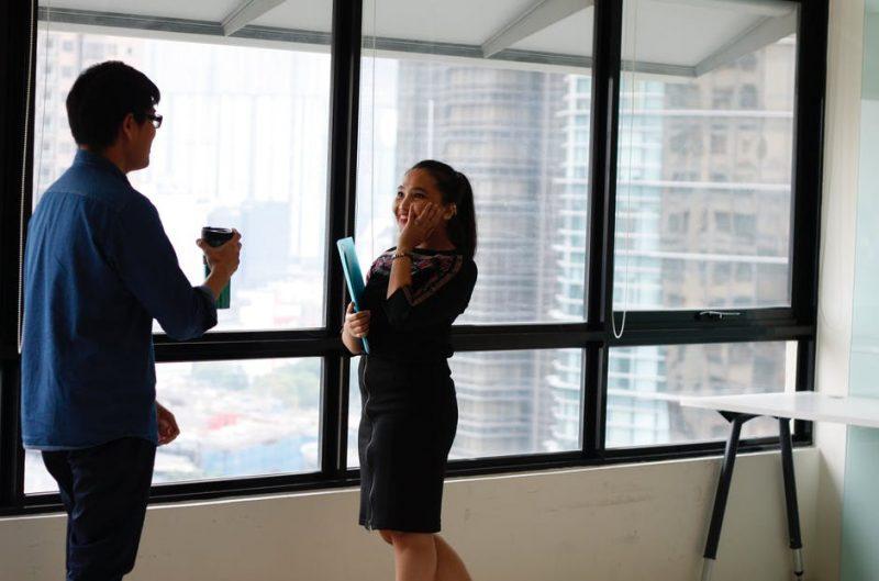 Al llegar a una oficina desconocida será difícil que tengas las respuestas a todo, por lo mismo, acercarse a quienes llevan tiempo en el lugar es una excelente estrategia para aprender y forjar lazos.