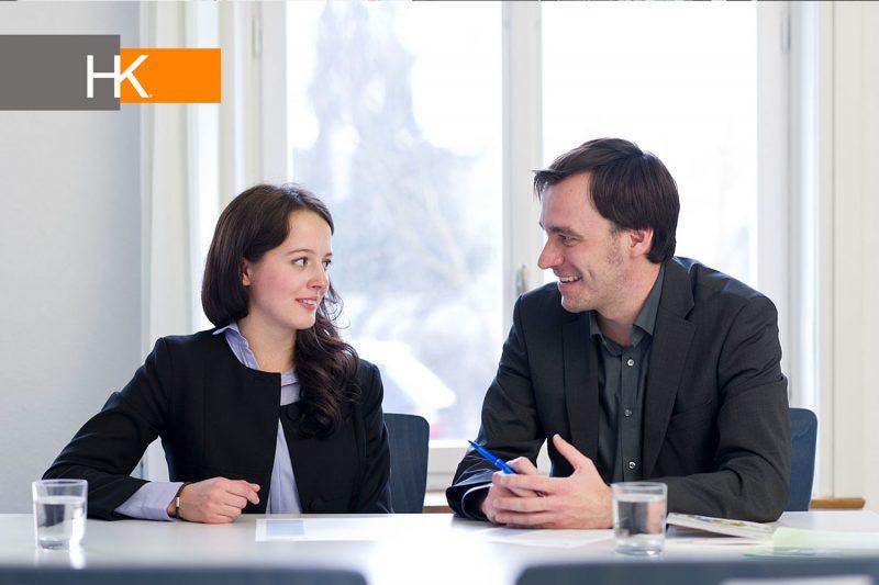 Una entrevista de trabajo también le ofrece al candidato la oportunidad de recoger información de utilidad con respecto a la compañía, el trabajo diario y el ambiente de la empresa. Además, el candidato refleja que tiene un gran interés por el cargo al que postula.