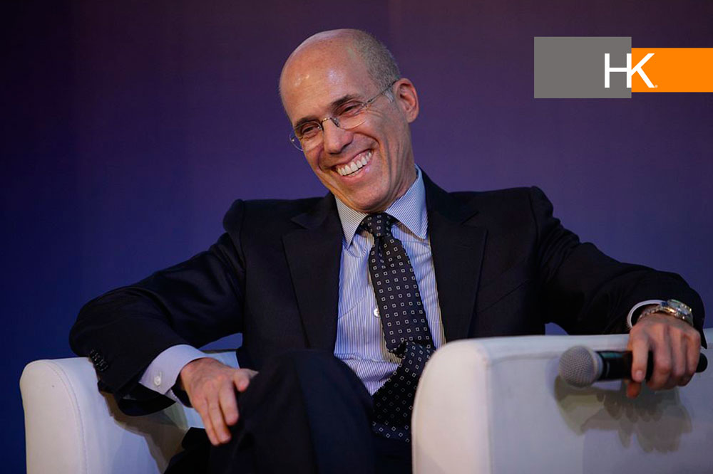 "Jeffrey Katzenberg. Fotografía: ""Jeffrey Katzenberg, CEO, Director and Co-Founder of DreamWorks Animation, talking at the 2014 World Travel & Tourism Council's Global Summit in Hainan, China"" por World Travel & Tourism Council licencia bajo BY CC 2.0."