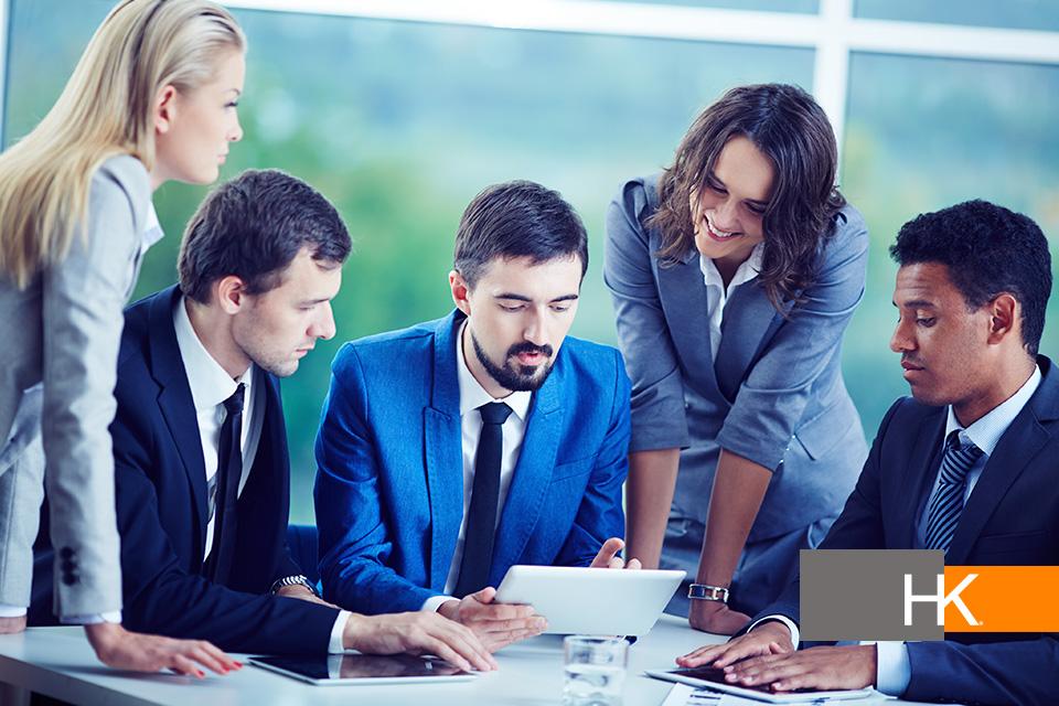 """Para afrontar los desafíos impuestos por el desarrollo tecnológico, las empresas deben preocuparse ahora debe desarrollar y/o contratar líderes que tengan estas """"nuevas habilidades"""" para que las guíen en un mundo que no para de cambiar. Foto de negocios creado por pressfoto - www.freepik.es."""