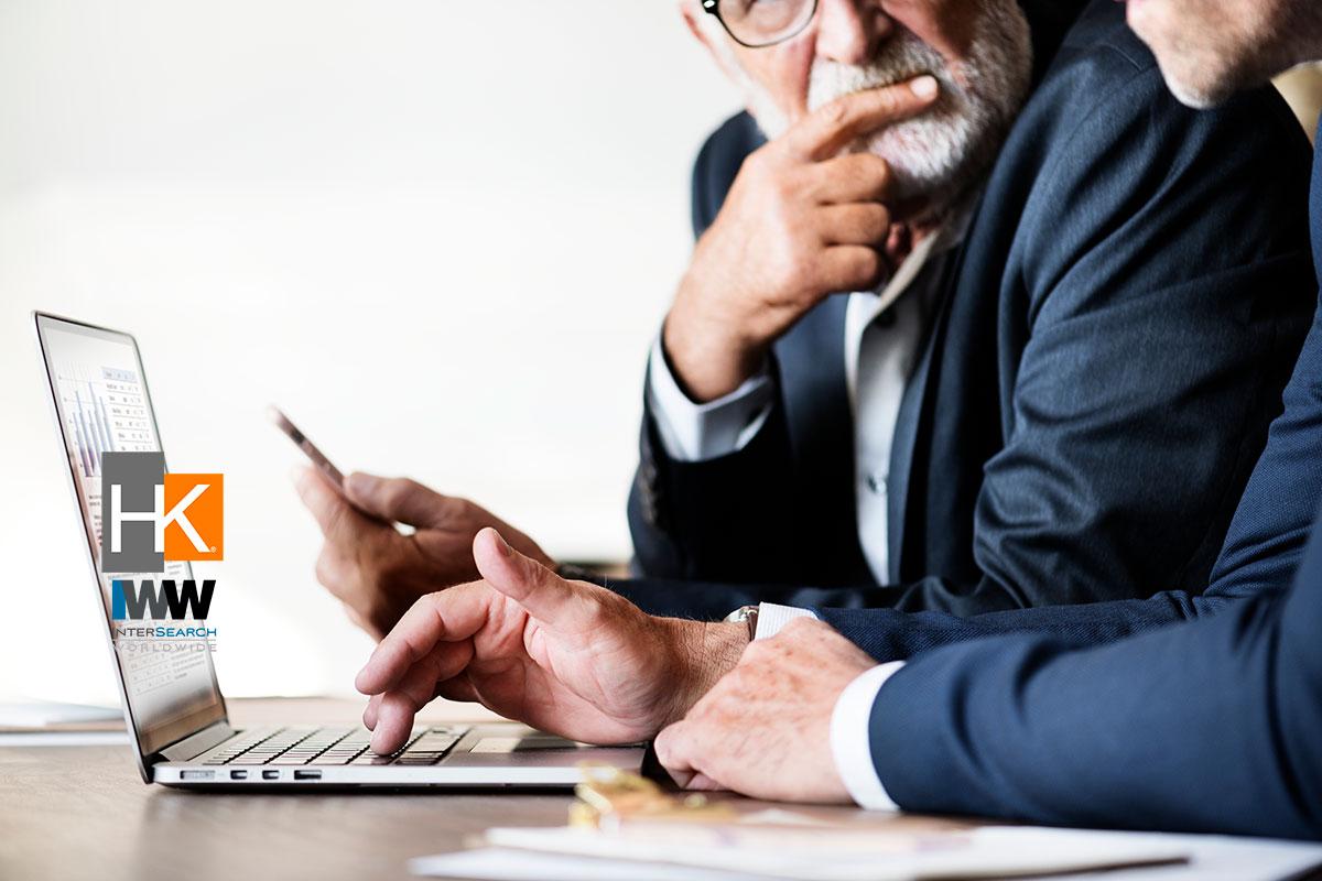 Si pospones una conversación que suele ser incómoda, le haces un flaco favor a ese integrante de tu equipo -quien debe tener la oportunidad de mejorar-, a tu gestión y, en definitiva, a tu empresa. Foto de Negocios creado por rawpixel.com - www.freepik.es