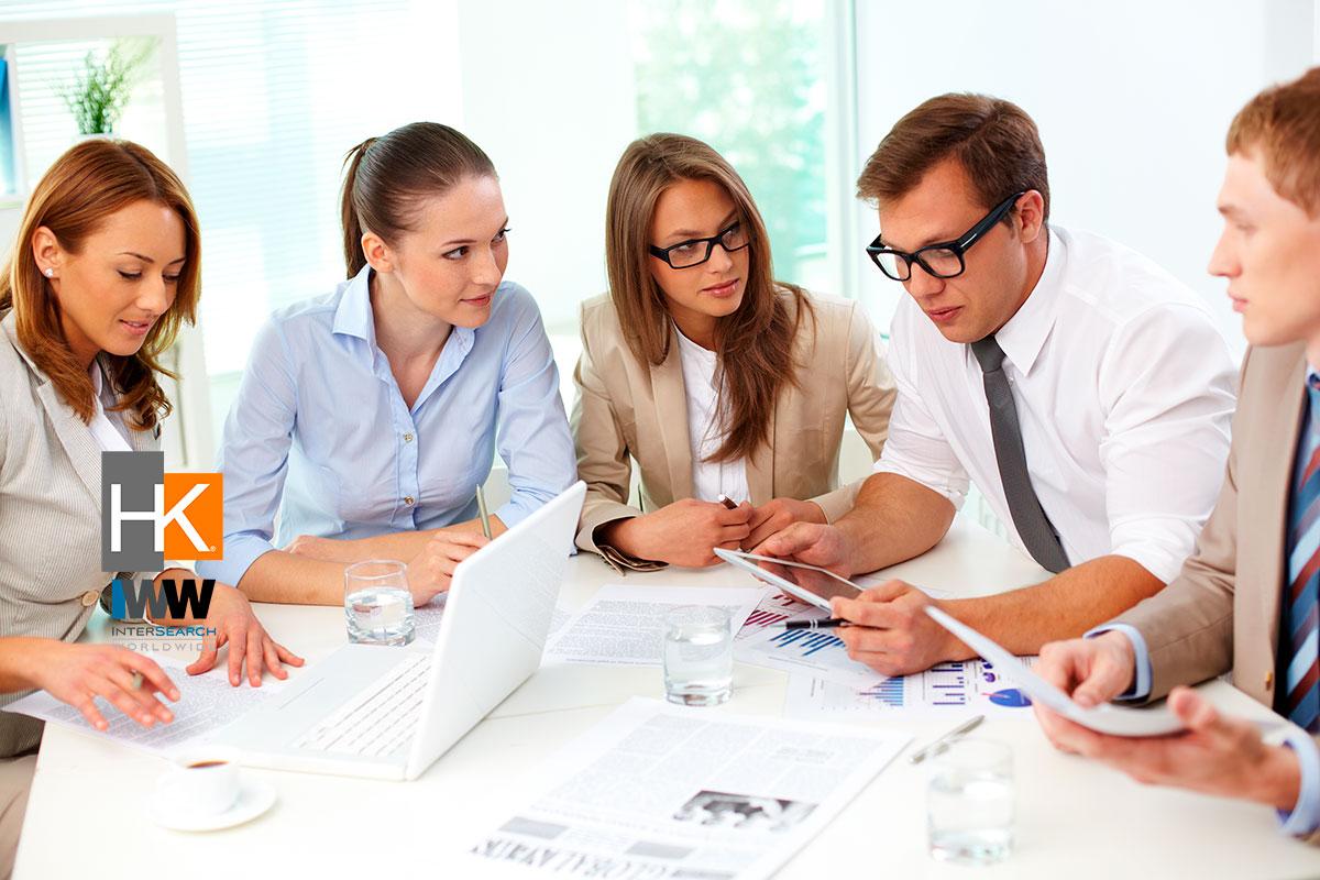 Compañeros de trabajo tomando decisiones. Foto de Negocios creado por pressfoto - www.freepik.es