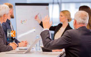 Empresario hace una pregunta durante una presentación. Foto de Negocios creado por freepik - www.freepik.es